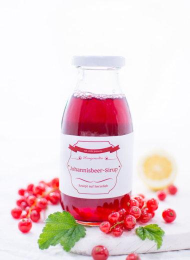 Johannisbeer-Sirup passt zu vielen Süßspeisen, Cocktails und Drinsk