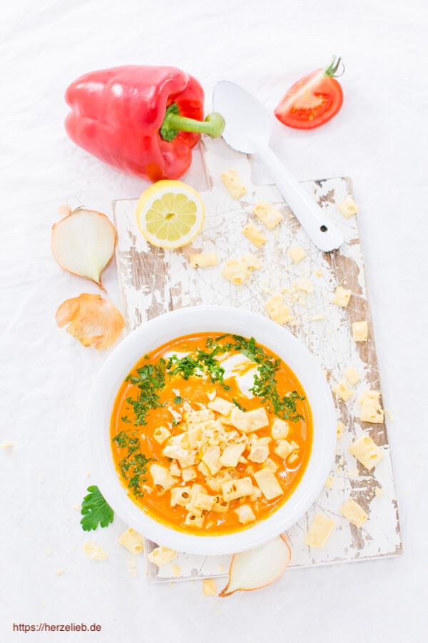 Die Käse Pops zu der Paprika-Cremesuppe sind low Carb - Rezept
