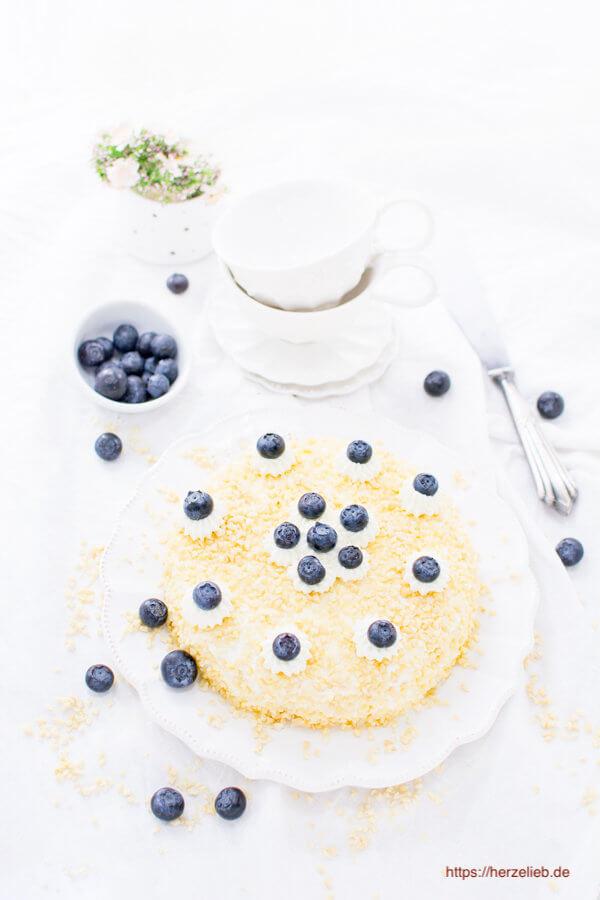 Quarkkuchen mit Heidelbeeren, Sahne und Mandelstiften