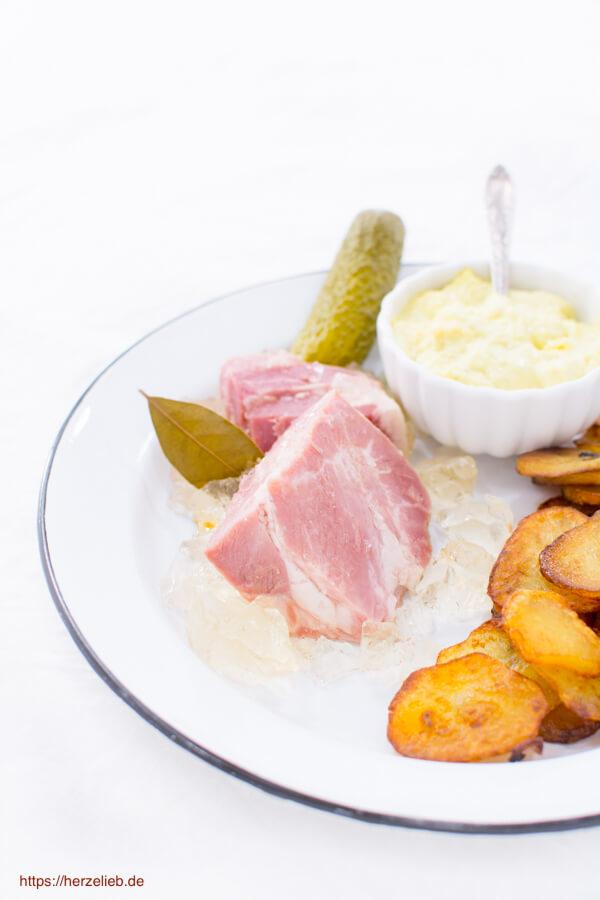 Sauerfleisch mit Bratkartoffeln, Remoulade und Gurke