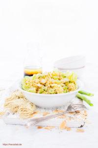 Eine Schüssel Chinakohlsalat mit Mie Nudeln und Mandeln