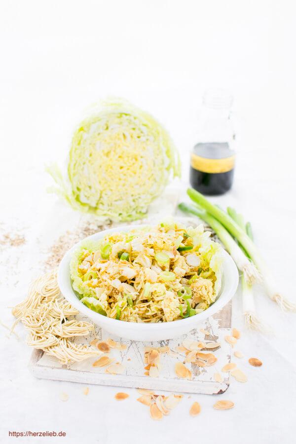 Chinakohlsalat - mit Frühlingszwiebeln, Mandeln und Mie Nudeln und einer Salatsoße mit Sojasoße