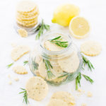 Frische Zitronen Plätzchen mit Rosmarin im Glas
