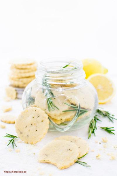 Ein Glas Zitronen Plätzchen mit Rosmarin