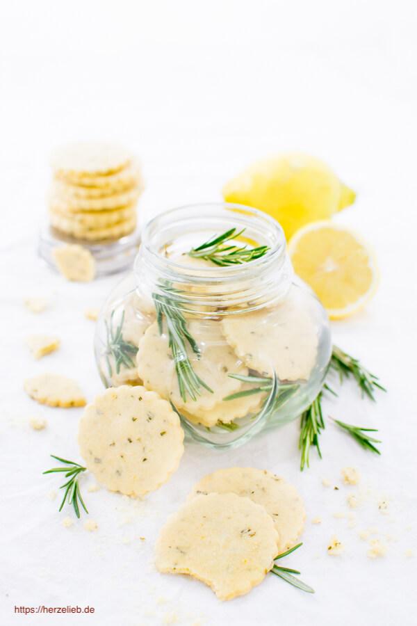Immer ein bisschen Rosmarin mit ins Glas zu den Zitronen Plätzchen mit Rosmarin geben!