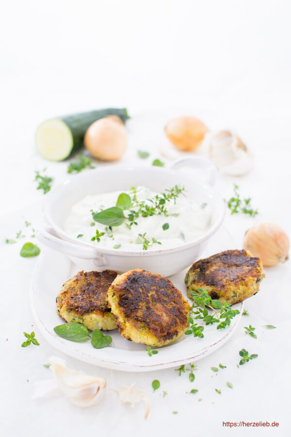 Rezept für Zucchini Frikadellen. Sehr gut zu Tzatziki