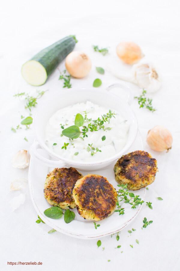 Zucchini Frikadellen - Rezept mit Zwiebeln, Knoblauch, Kräutern und Kartoffel