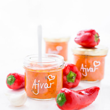 Rezept für Ajvar, Gemüsekaviar, Paprikapaste vom Balkan von herzelieb. In kleinen Gläsern mit Paprika und Knoblauch