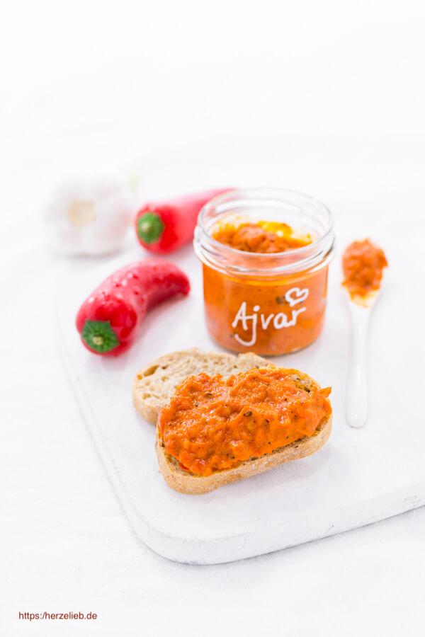 Ajvar Rezept von herzelieb. In Gläsern mit Paprika und Knoblauch