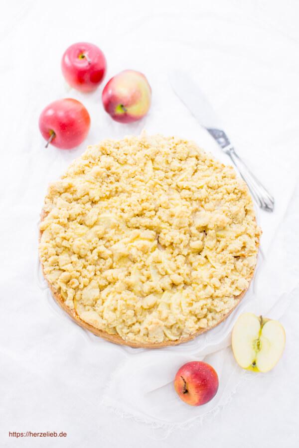 Rezept für einen Apfel-Käsekuchen. Wer Apfelkuchen und Käsekuchen mag, wird diesen Kuchen lieben!