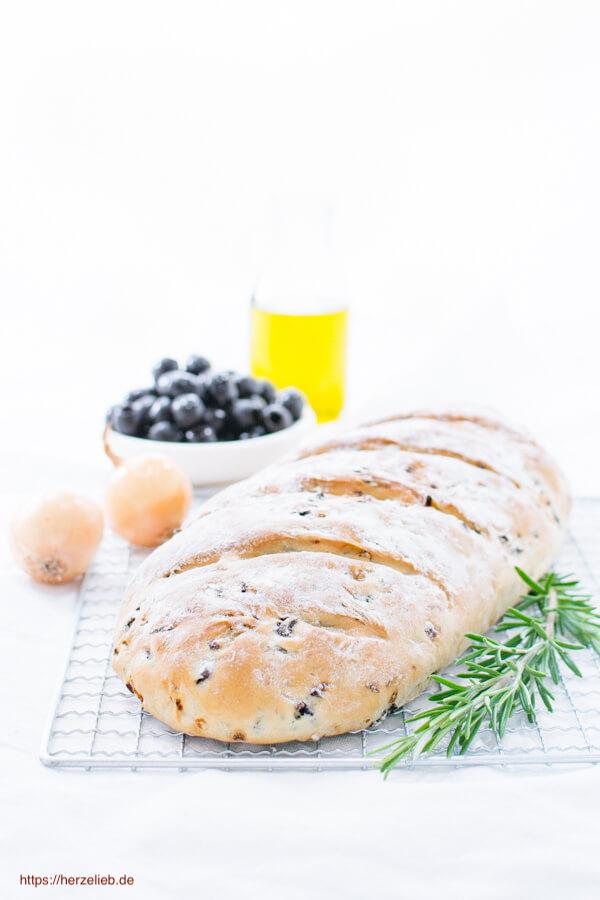 Zum Grillen und zum Fondue - Rezept für ein schnelles und einfaches Olivenbrot mit Zwiebeln, Rosmarin und Oregano
