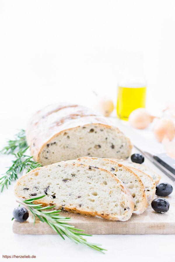 Schnell und einfach - Olivenbrot mit Zwiebeln, Rosmarin und Oregano