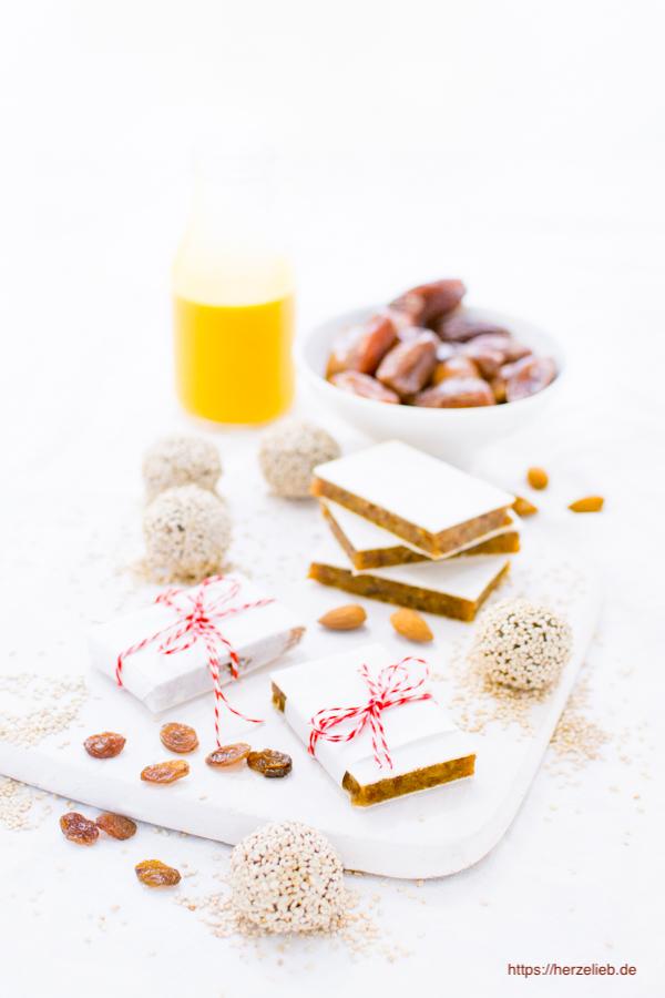 Fruchtriegeln mit Trockenfrüchten und Nüssen nach einem Rezept von herzelieb.
