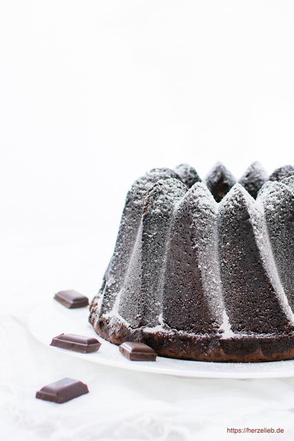 Schokoladen Gugelhupf - Rezept für einen supersaftigen Schokokuchen von herzelieb