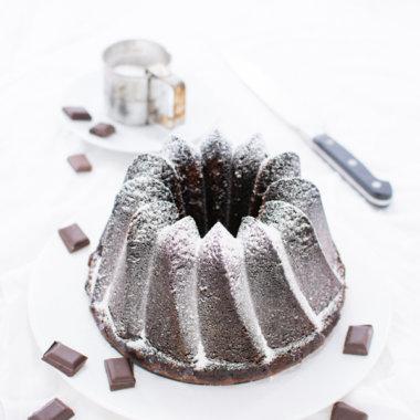 Schwarz, saftig und lecker - Schokoladen Gugelhupf Rezept von herzelieb