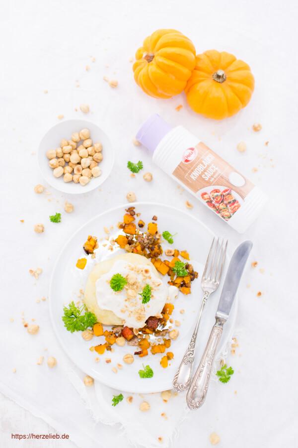 Lecker gefüllte Kürbis-Germknödel - mit Zwiebeln, Hack und Knoblauch Sauce