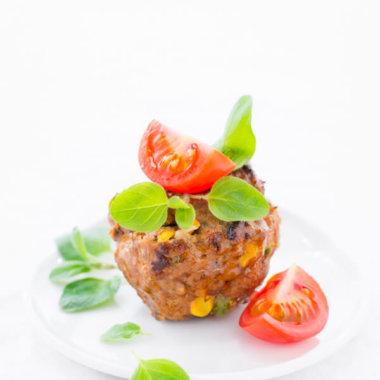 Ofen-Frikadellen Rezept - mit Mais, Tomate und Erbsen. In der Muffinform gebacken
