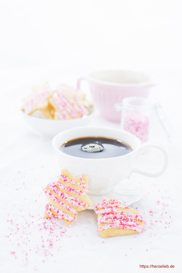Rezept für Butterkekse zum Ausstechen, verziert mit Zuckerperlen