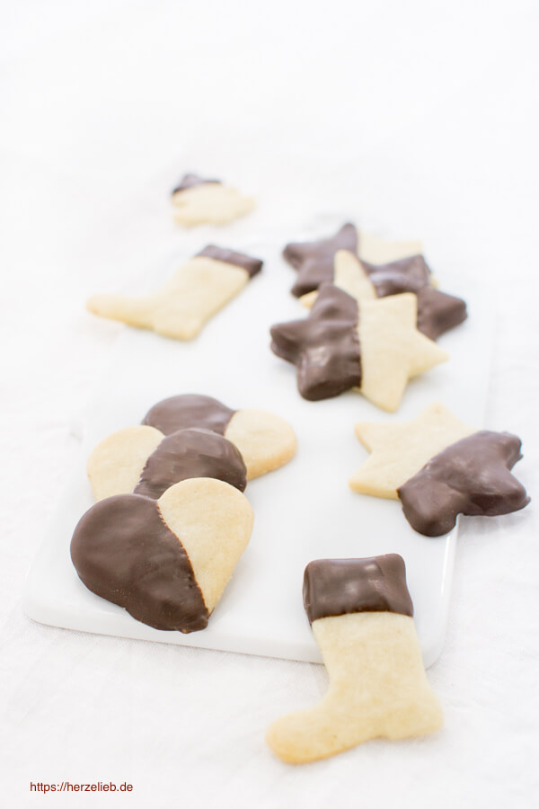 Butterkekse zum Ausstechen mit Schokolade verziert von herzelieb