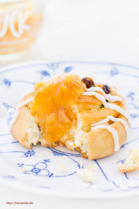 Rezept für Rosinenschnecken von herzelieb - gefüllt mit Marzipan und Blutorangen-Marmelade
