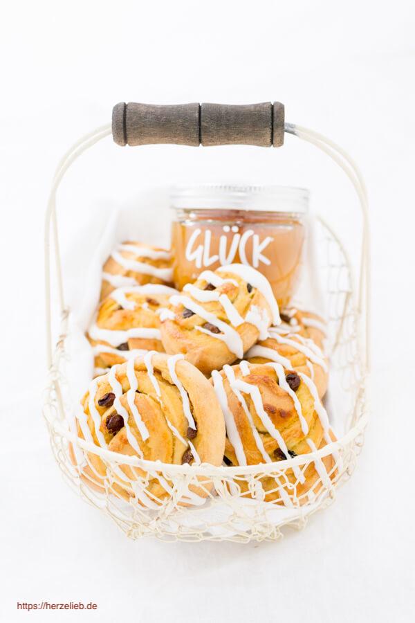 Rosinenschnecken Rezept - gefüllt mir Marzipan-Blutorangen-Füllung