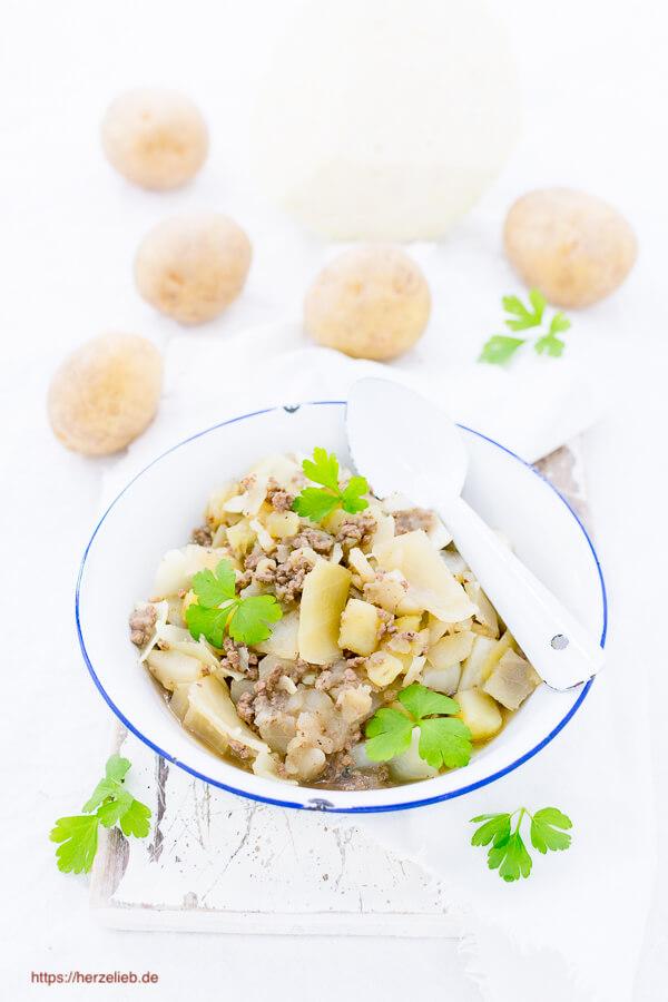 Weißkohl-Eintopf, Rezept mit Apfel, Kartoffeln und Hackfleisch