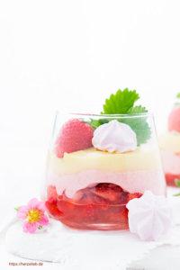 Erdbeer-Eierlikör-Dessert im Glas mit Baiser