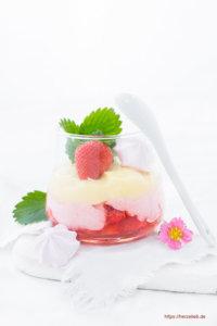 Erdbeer-Eierlikör-Dessert im Glas mit Löffel