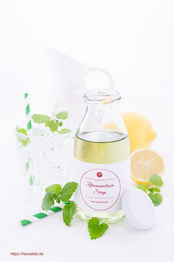 geöffnete Flasche Zitronenmelissesirup