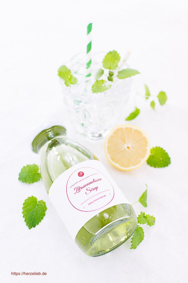 Zitronenmelissensirup Flasche mit Mineralwasser