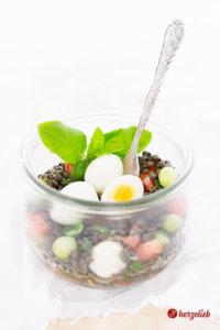 Belugalinsen-Salat vegetarisch mit Tomate, Ei, Gurke