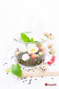 Belugalinsen-Salat mit Ei, Mozzarella, Tomate und Gurke