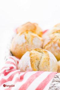 Dinkel-Kartoffelbrötchen zum Frühstück im Korb
