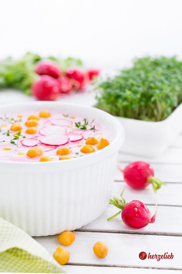 Kalte Radieschensuppe mit Joghurt, Backerbsen und Kresse