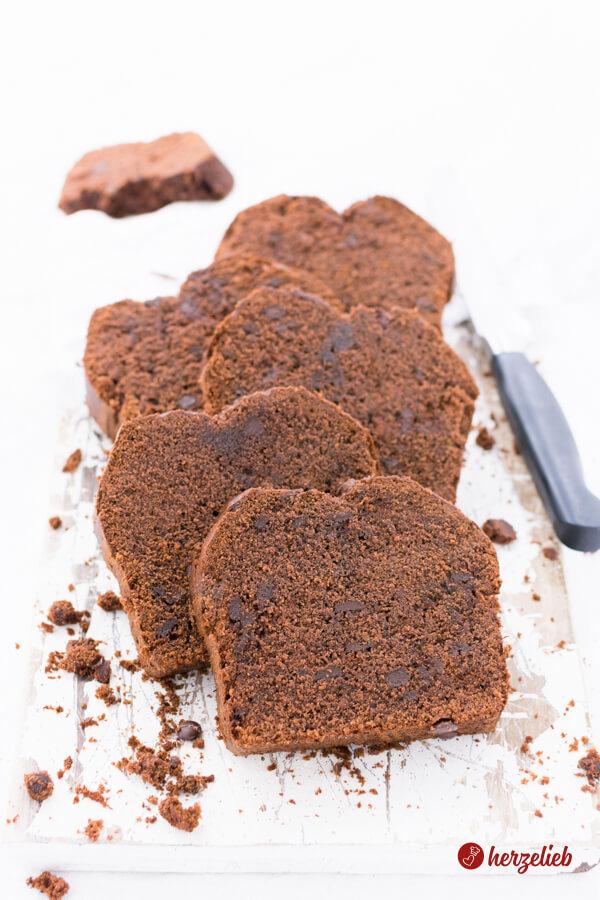 Rote-Grütze-Schokoladenkuchen in Scheiben