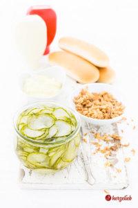 Agurker Salat oder Dänischer Gurkensalat im Glas im Glas mit anderen zutaten