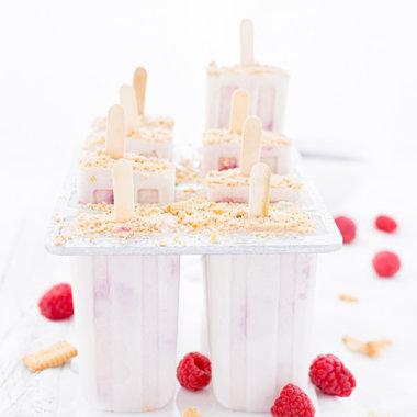 Käsekuchen Eis mit Himbeeren in der Form