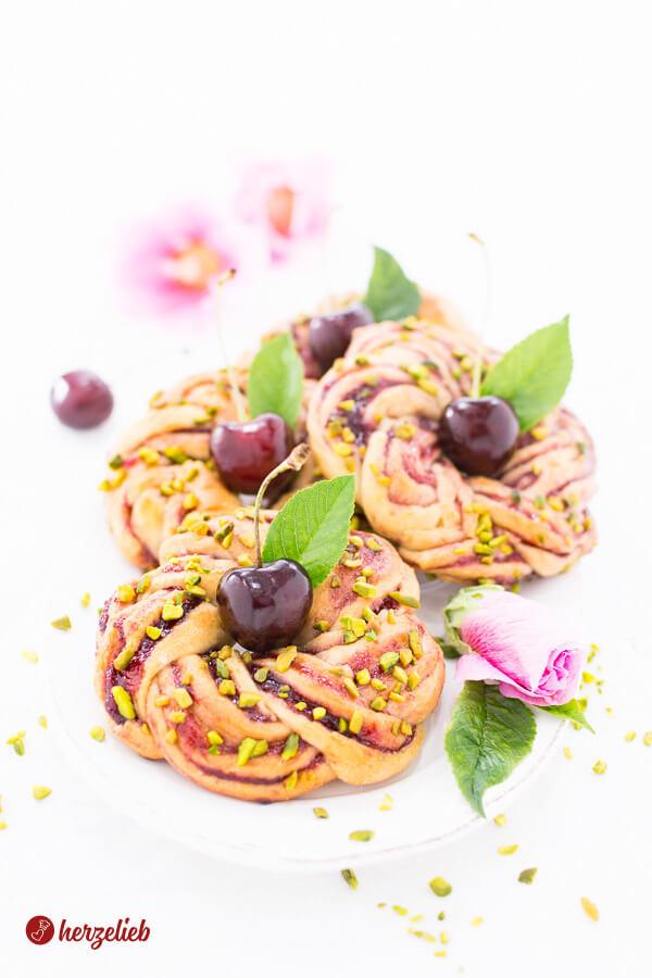 Kirsch-Kringel mit Pistazien – Kirschkuchen Rezept mal anders