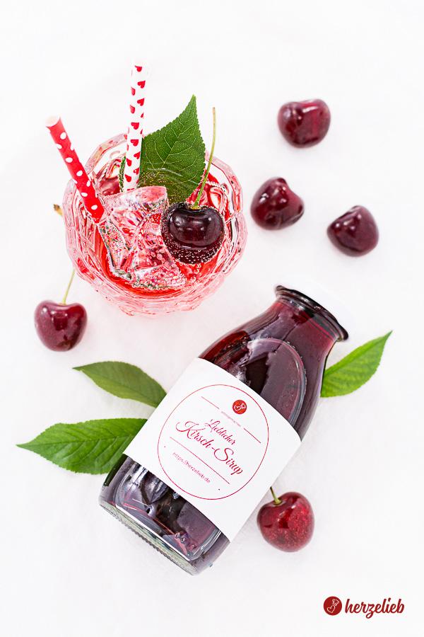 Kirsch-Sirup in Flaschen und mit Mineralwasser