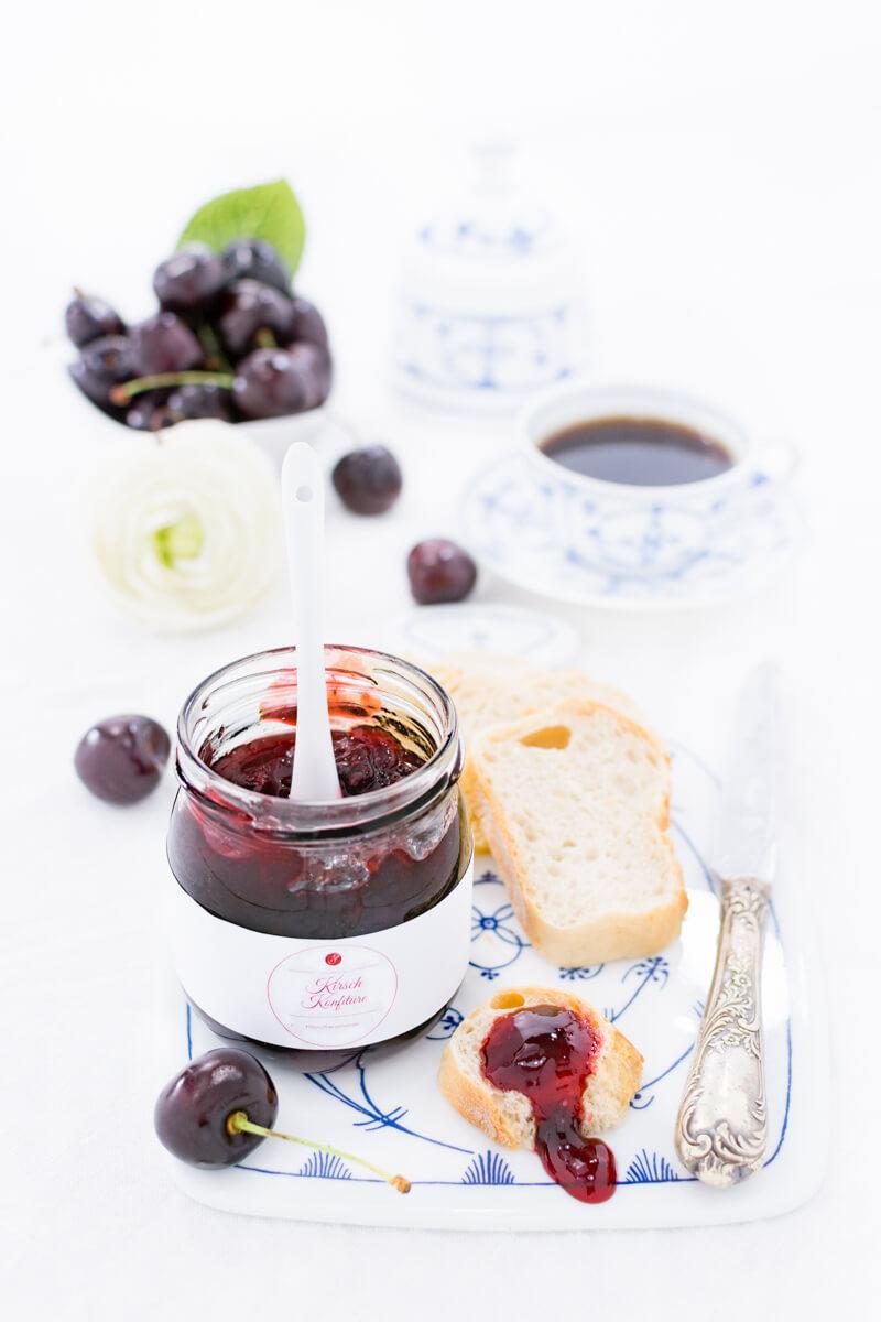 Kirschmarmelade zum Frühstück im Glas