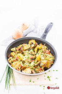 Bauernfrühstück in der Pfanne mit Speck und Zwiebeln