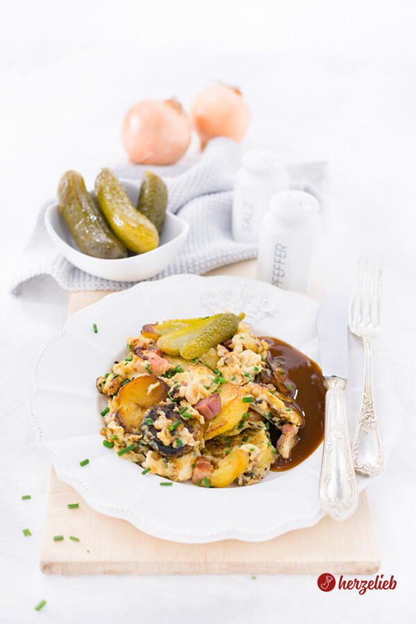 Bauernfrühstück, serviert mit Gurken und Ketchup