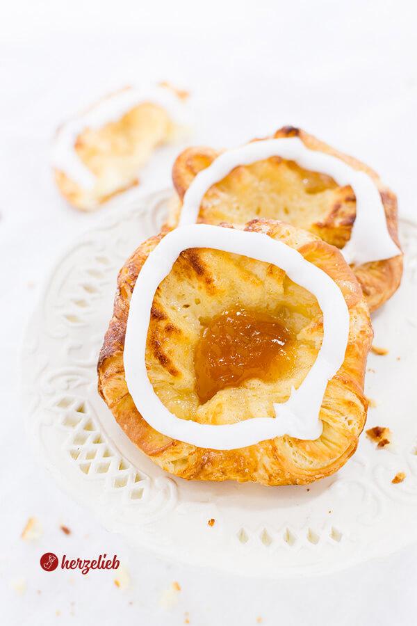 Spandauer gefüllt mit Marzipan, Vanillecreme oder Marmelade, verziert mit Zitronenglalsur