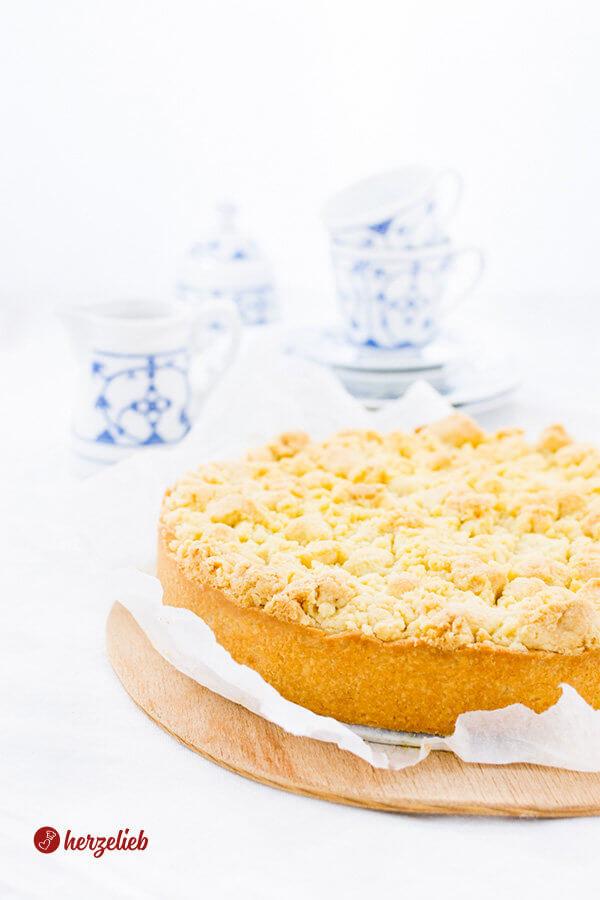 Streuselkuchen mit Pudding gefüllt auf dem Kuchentisch