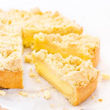 Angeschnittener Streuselkuchen mit Pudding gefüllt