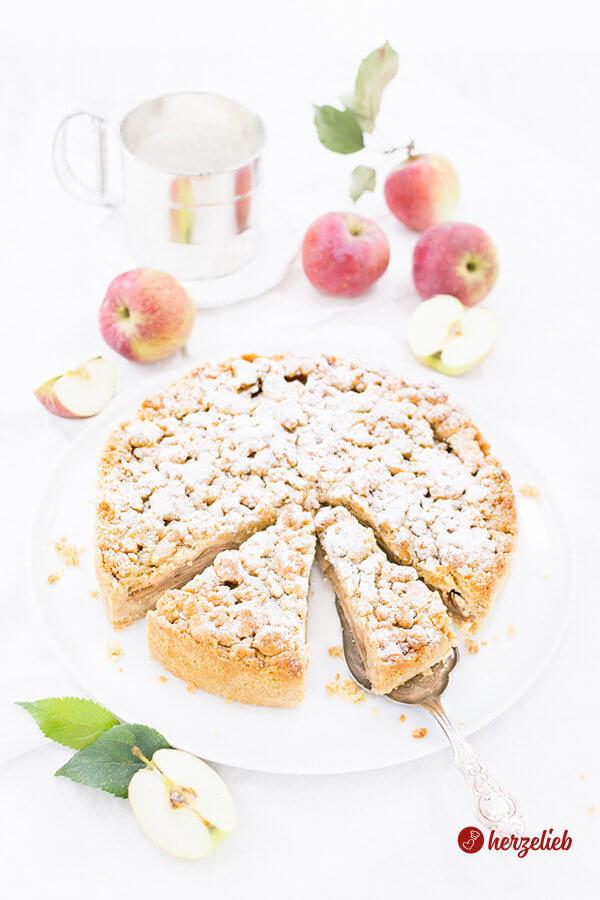 Apfelkuchen mit Marzipanstreuseln angeschnitten