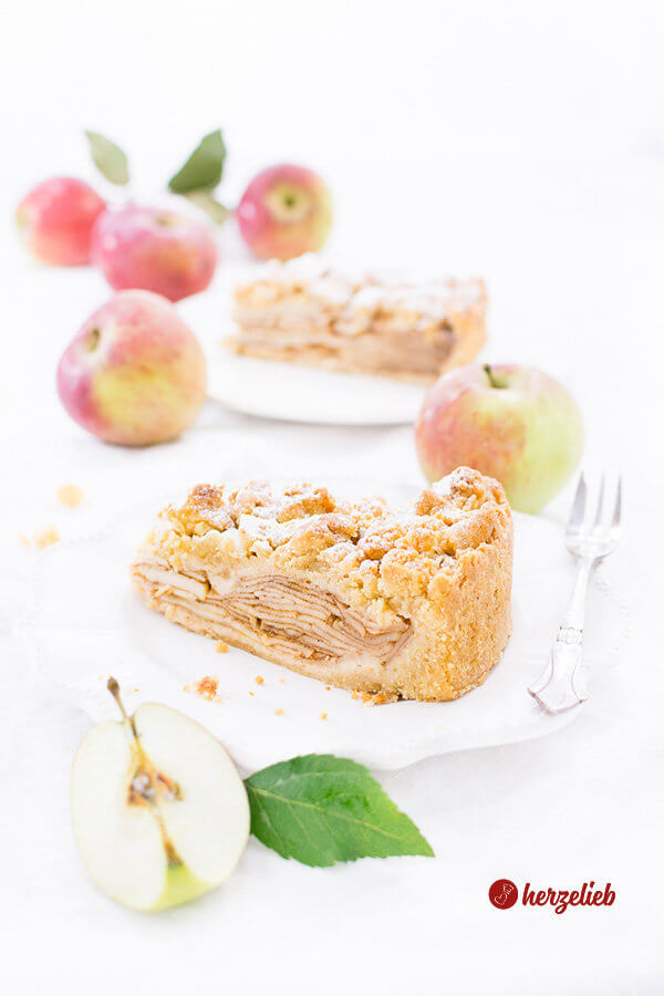 Apfelkuchen mit Marzipanstreuseln mit Äpfen
