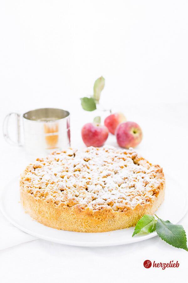 Apfelkuchen mit Marzipanstreuseln frisch gebcken