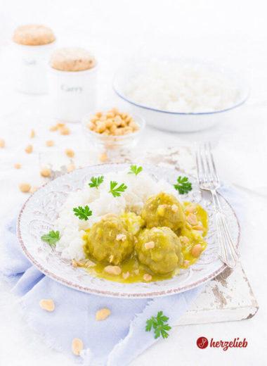 Boller i karry Rezept aus Dänemark. Mit Hackfleisch, Currysauce und Erdnüssen