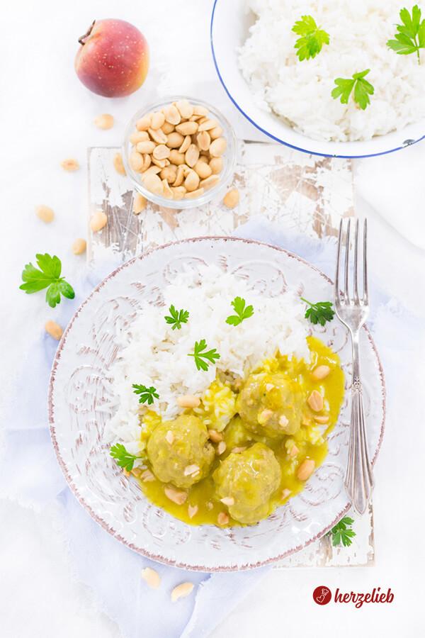 Boller i karry Rezept - mit Reis und Erdnüssen